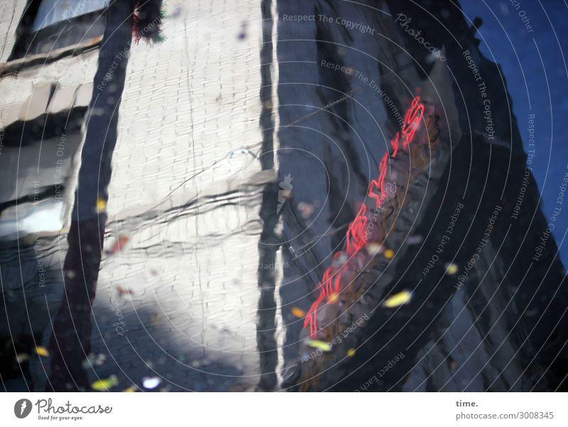 Feuchtgebiet Himmel Stadt Wasser Haus Fenster dunkel Leben Wand Mauer träumen Hochhaus Ordnung Schilder & Markierungen Perspektive Schönes Wetter
