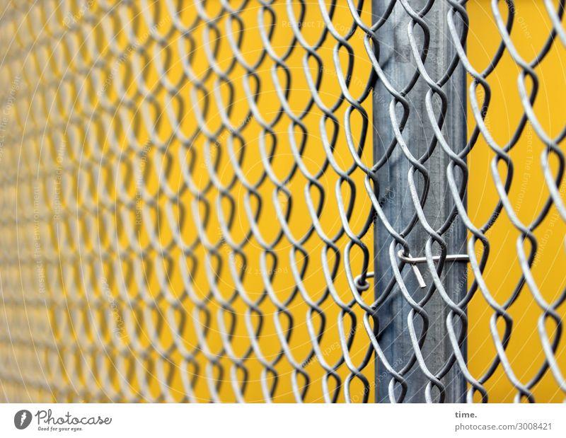 metal types (III) Arbeitsplatz Baustelle Handwerk Zaun Maschendraht Maschendrahtzaun Metall Linie gelb grau Sicherheit Schutz diszipliniert Ausdauer standhaft