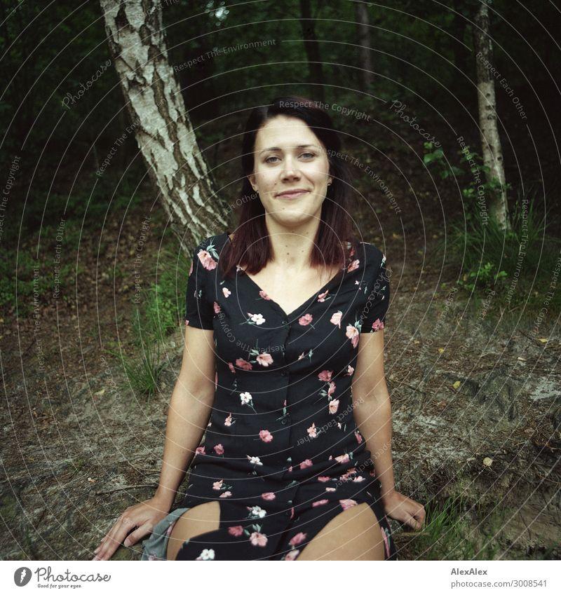 Junge Frau am Waldrand - Portrait Natur Jugendliche Pflanze schön Landschaft Baum Freude 18-30 Jahre Lifestyle Erwachsene natürlich Glück Ausflug Lächeln