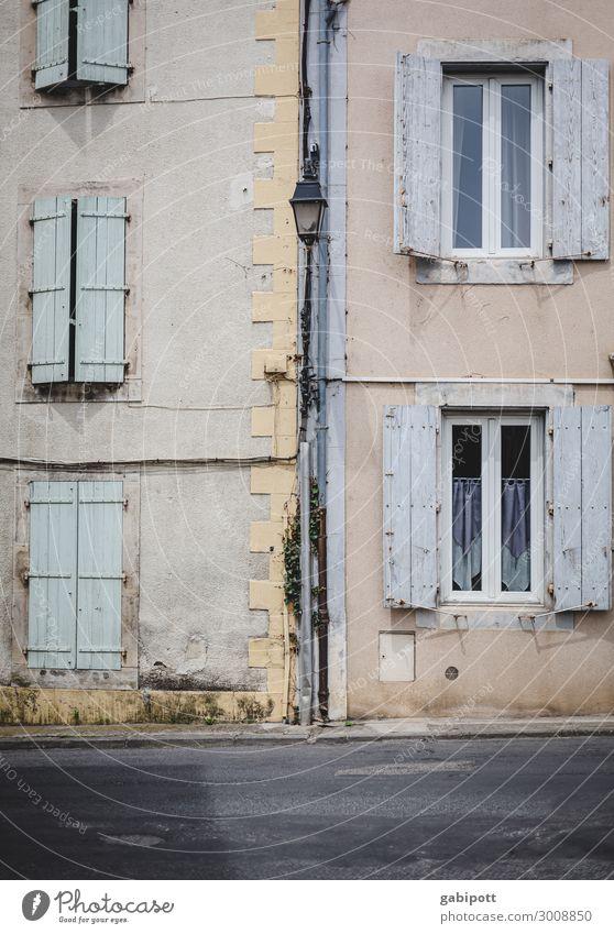 zu | auf Frankreich Dorf Kleinstadt Stadtrand Altstadt Haus Gebäude Mauer Wand Fassade Fenster Fensterladen alt authentisch trashig trist Endzeitstimmung Farbe