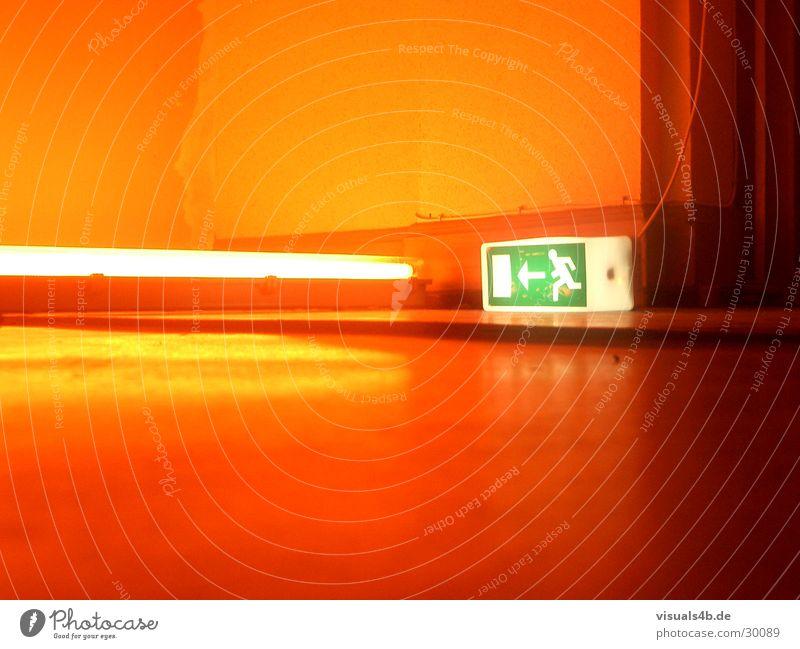 Notausgang Leuchtreklame Neonlicht rot grün Physik Piktogramm Innenaufnahme Licht gelb Mauer Wand obskur Signalschild EmergancyLight Wärme Brand Farbe gestellt