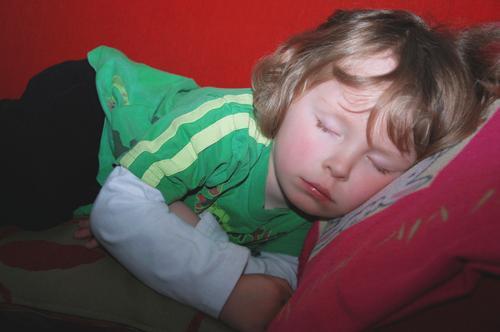Kleiner Junge beim Mittagsschlaf, nur eine Stunde kurz... Sofa Kind Kindheit 1 Mensch 3-8 Jahre blond liegen schlafen träumen Gesundheit natürlich niedlich
