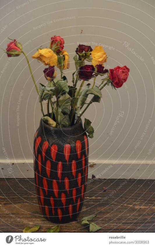 verblühter Rosenstrauß | Weltschmerz Blume Blumenstrauß Vase Liebe Traurigkeit trashig trist trocken gelb rot Gefühle Trauer Tod Liebeskummer Schmerz Sehnsucht