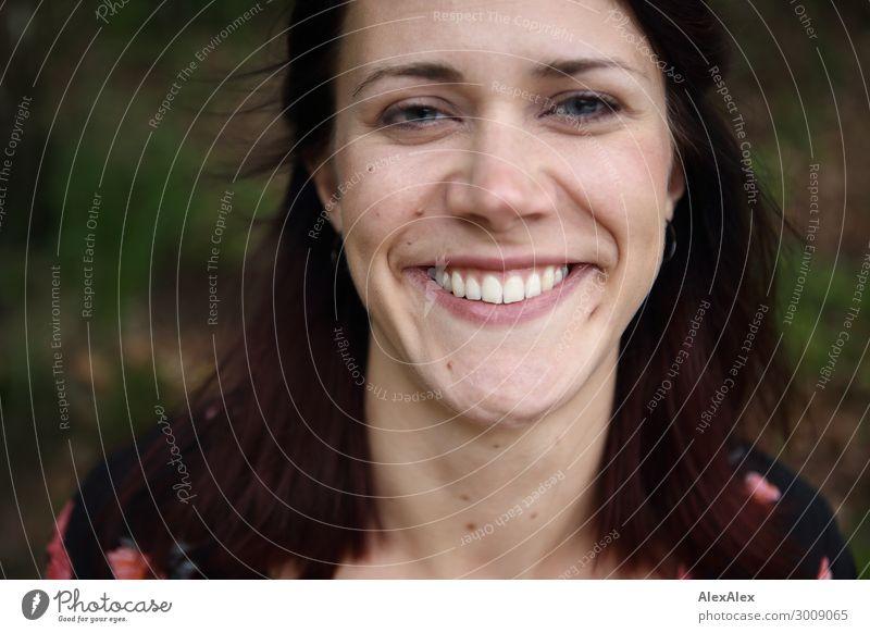 Portrait einer jungen, lächelnden Frau mit Grübchen Lifestyle Freude schön harmonisch Junge Frau Jugendliche 18-30 Jahre Erwachsene rothaarig langhaarig Lächeln