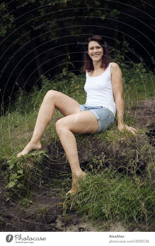 Portrait einer großen jungen Frau an einem brüchigem Seeufer vor einem Wald Lifestyle Freude Glück schön Leben Erholung Junge Frau Jugendliche Beine 18-30 Jahre
