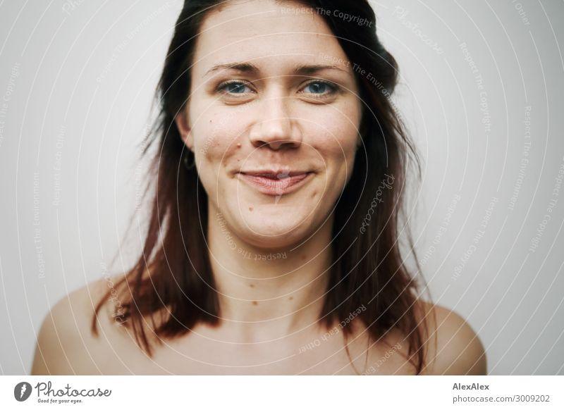 Nahes Portrait einer jungen lächelnden Frau mit Grübchen vor weißer Wand Lifestyle Stil Freude schön Leben Wohlgefühl Junge Frau Jugendliche Gesicht 18-30 Jahre