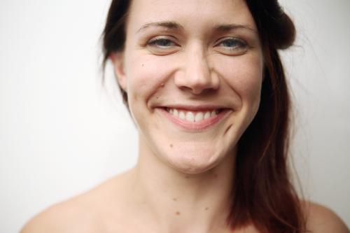 Portrait einer jungen, lächelnden Frau Jugendliche Junge Frau Stadt schön Freude 18-30 Jahre Gesicht Lifestyle Erwachsene Leben natürlich Glück außergewöhnlich