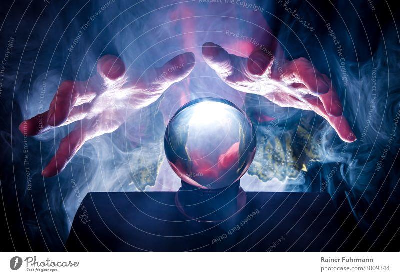 Die Wahrsagerin und ihre Kristallkugel Frau Mensch Hand dunkel Erwachsene Kunst fantastisch Neugier geheimnisvoll Show gruselig Sinnesorgane Erwartung Rache