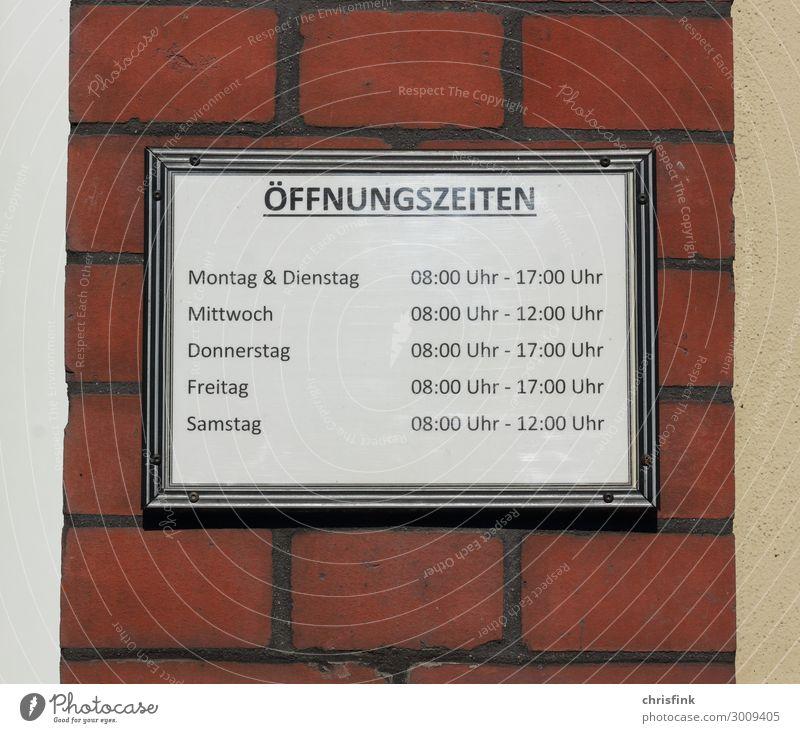 Schild mit Öffnungszeiten Haus Arbeit & Erwerbstätigkeit Beruf Arbeitsplatz Büro Stein Backstein seriös rot Verlässlichkeit Pünktlichkeit
