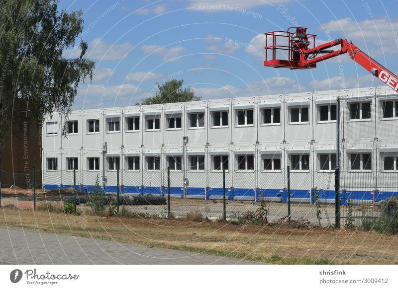 Bürocontainer auf Baustelle Häusliches Leben Haus Umzug (Wohnungswechsel) Raum Wirtschaft Industrie Mauer Wand blau weiß beweglich Container Wohncontainer