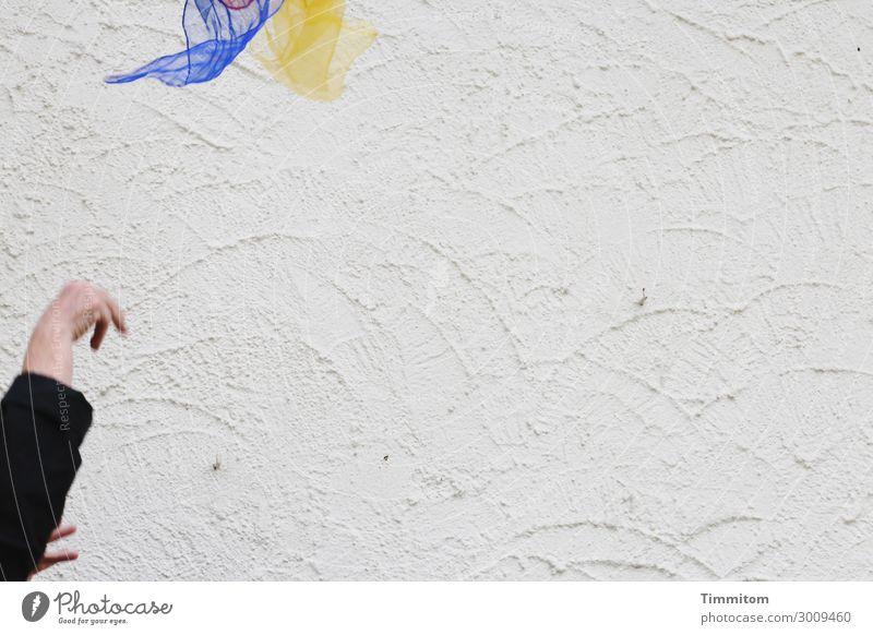 luftig | sind die Tücher Hand Mauer Wand Jongliertücher Kunststoff werfen Fröhlichkeit blau gelb rot schwarz weiß Gefühle Lebensfreude Freude jonglieren