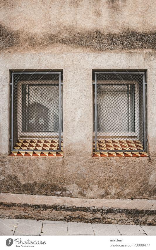 Fensterplatz Kleinstadt Menschenleer Mauer Wand Fassade außergewöhnlich braun grau weiß Gitter Fensterbrett Fliesen u. Kacheln Putzfassade Farbfoto