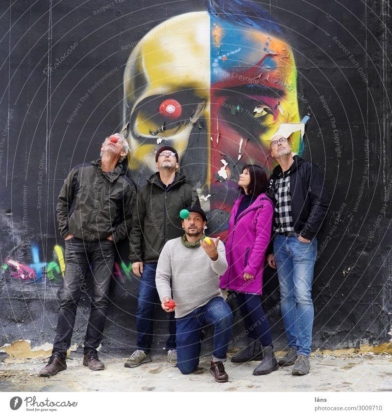 Gruppenfoto ll jonglieren Jongleur Mensch maskulin feminin Leben 5 Mauer Wand Blick stehen Zusammensein Gelassenheit Partnerschaft chaotisch Erwartung