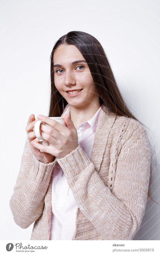 süßes Mädchen trinkt heißen Kaffee Ernährung Essen Frühstück Mittagessen Kaffeetrinken Abendessen Geschäftsessen Getränk Heißgetränk Milch Kakao Tee Becher
