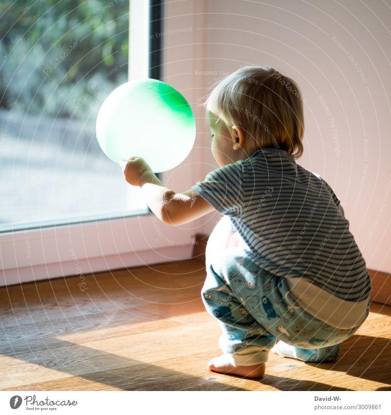 spielen Lifestyle Freude Spielen Häusliches Leben Wohnung Kind Mensch maskulin feminin Kleinkind Kindheit 1 1-3 Jahre Kunst beobachten Luftballon grün spielend