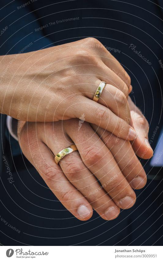Hände vom Hochzeitspaar mit Eheringen Lifestyle Freude Glück Zufriedenheit Feste & Feiern Mensch Eltern Erwachsene Familie & Verwandtschaft Paar Partner Leben