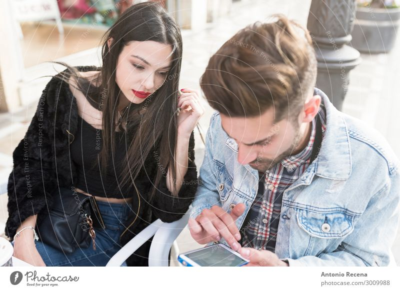 Junges Paar sucht Smartphone in der Bar-Terrasse Kaffee Lifestyle Telefon PDA Internet Mensch Frau Erwachsene Mann Mode Erotik Zusammensein Partnerschaft