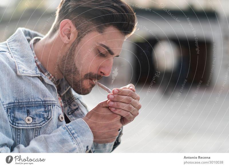 Junger cooler Mann raucht Zigarre Lifestyle Mensch Erwachsene Dorf Straße Vollbart Coolness Laster selbstbewußt gutaussehend Rauchen Unkraut Medikament Menschen