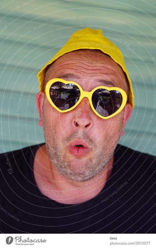 erstaunt sein bei Karl Sommer Mensch maskulin Leben Kopf 1 30-45 Jahre Erwachsene Mauer Wand T-Shirt Mütze Sonnenbrille entdecken einzigartig Herz Farbfoto
