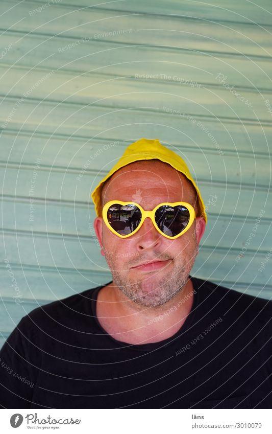 Wenn's den sein muss Mensch maskulin Mann Erwachsene Leben 1 30-45 Jahre T-Shirt Brille Sonnenbrille Mütze Herz Blick warten gelb Selbstbeherrschung Ehrlichkeit