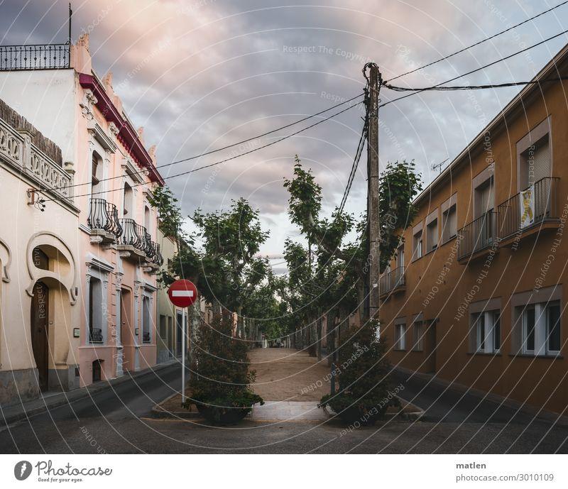 Ramblas Kleinstadt Altstadt Menschenleer Haus Architektur Mauer Wand Fenster blau gelb grau grün rosa Allee Strassenschild Leitung Farbfoto Außenaufnahme