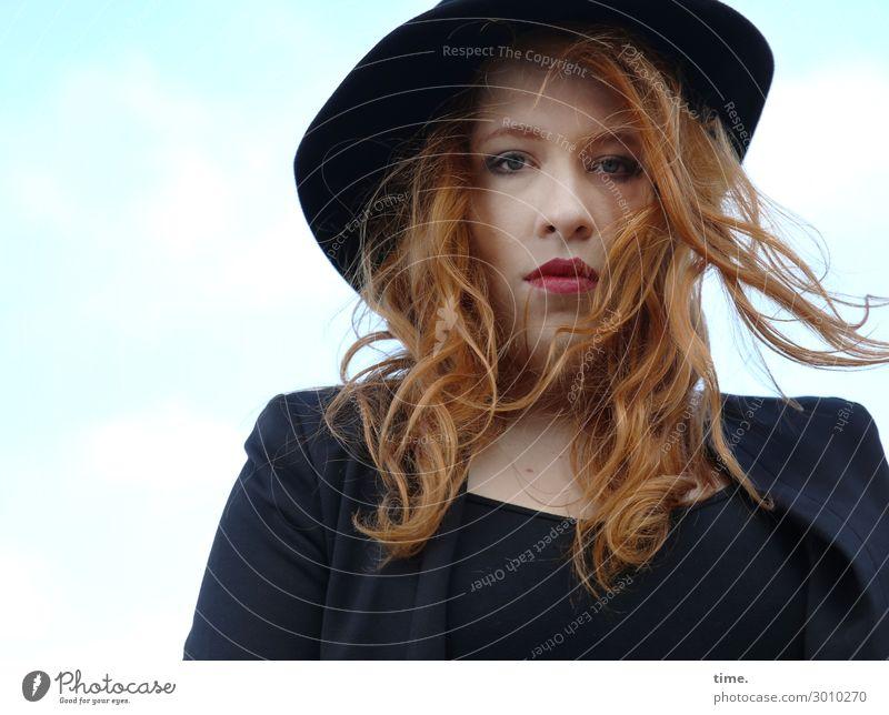 Anastasia feminin Frau Erwachsene 1 Mensch Himmel Wolken Schönes Wetter Wind T-Shirt Jacke Hut rothaarig langhaarig Locken beobachten Denken Blick warten