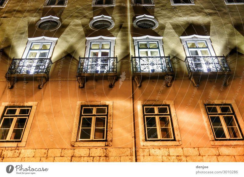 Fenster Fassade Haus leuchten Beleuchtung Farbfoto Außenaufnahme Abend Nacht Licht Schatten Kontrast Lichterscheinung