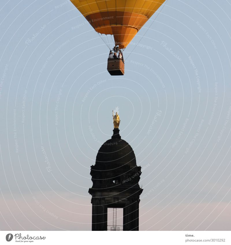 luftig   mal drüber wegsehen Mensch 3 Skulptur Himmel Schönes Wetter Dresden Turm Sehenswürdigkeit Wahrzeichen Verkehr Personenverkehr Fluggerät Ballone