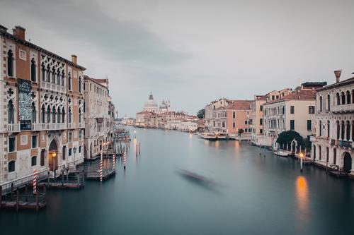 Venedig Canal Grande in der Dämmerung Flussufer Stadt Stadtzentrum Haus Sehenswürdigkeit außergewöhnlich Tourismus Farbfoto Außenaufnahme Menschenleer