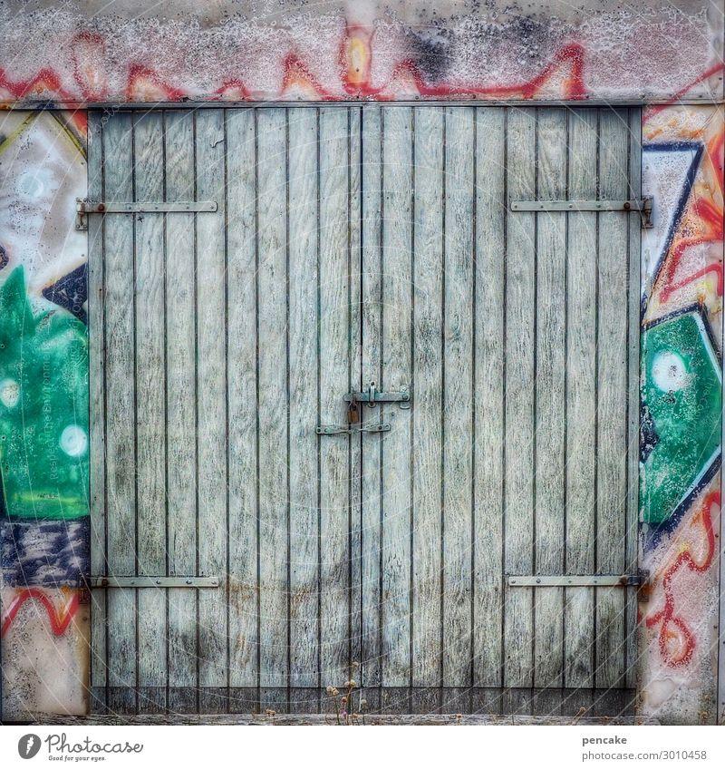 come in and find out! Fischerdorf Hütte Tor Fassade Tür alt authentisch Coolness dreckig trendy Graffiti Dänemark Holztür bemalt Farbfoto mehrfarbig