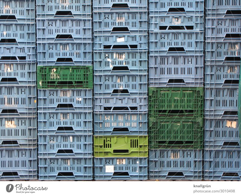 Hochstapler Transportbox Obstkiste stehen Stadt Gefühle Ordnungsliebe kaufen Güterverkehr & Logistik Plastikkorb Schließfach Farbfoto Außenaufnahme Menschenleer