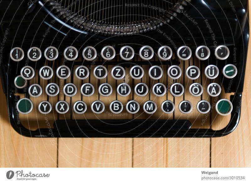 Schreibmaschine Arbeit & Erwerbstätigkeit Arbeitsplatz Büro Notebook Tastatur Maschine schreiben fest Gefühle Zufriedenheit Vorfreude Tatkraft Leidenschaft