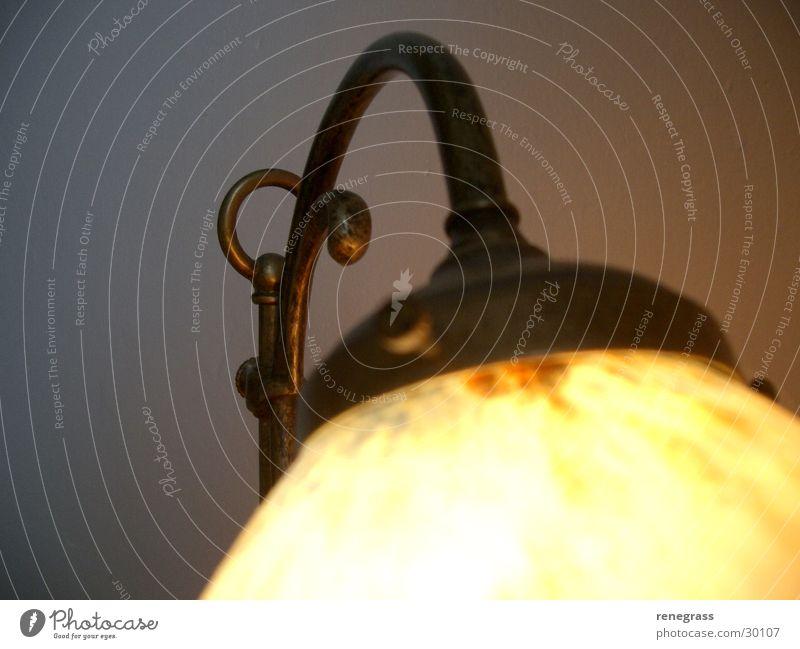 Teilausschnitt Lampe alt Stimmung Häusliches Leben glühen Lampenschirm
