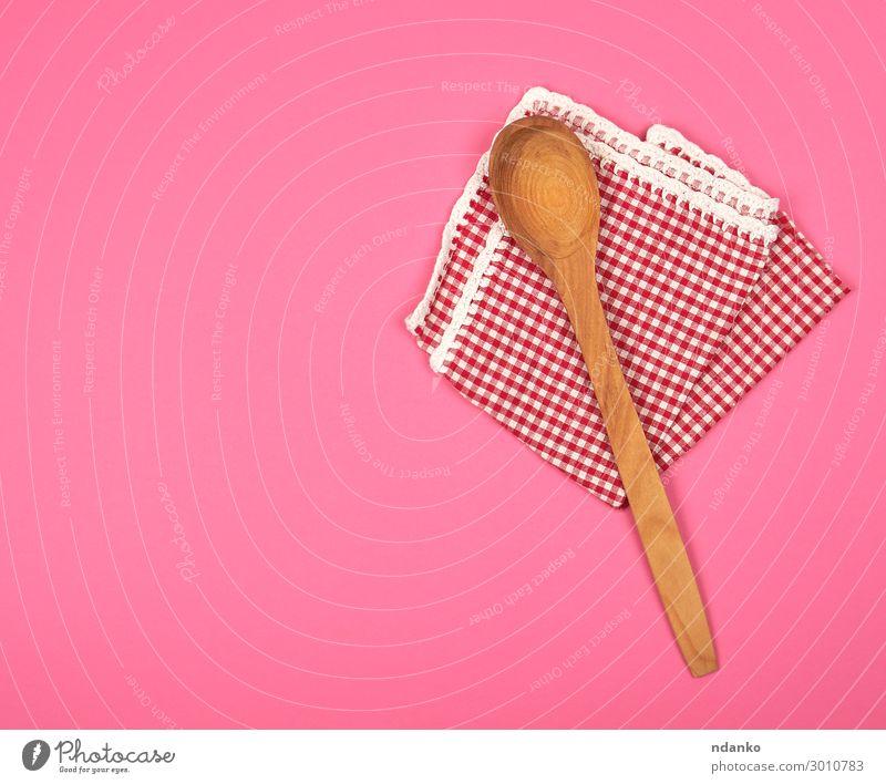 Holzlöffel auf einem roten Küchentuch Löffel Design Tisch Restaurant Sauberkeit braun rosa Hintergrund Leinwand kariert Baumwolle Deckung leer gefaltet