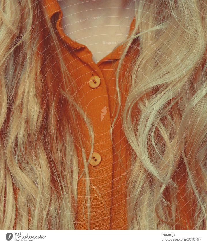 _ Stil Haare & Frisuren Mensch feminin Junge Frau Jugendliche Erwachsene Leben Mode Bekleidung Hemd Bluse blond langhaarig Locken glänzend trendy schön