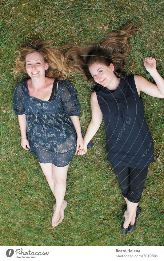 Das Leben ist schön Natur Jugendliche Junge Frau Landschaft Erholung Freude Lifestyle lustig Wiese Gefühle Glück Gras Zusammensein Freundschaft Freizeit & Hobby