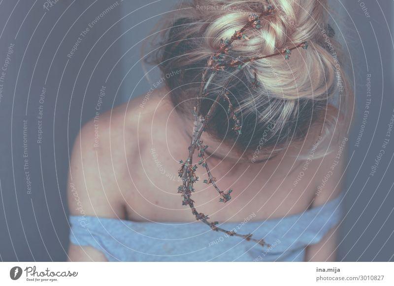 Nest auf dem Kopf... Mensch feminin Junge Frau Jugendliche Erwachsene Leben 1 18-30 Jahre Pflanze Sträucher Haare & Frisuren blond langhaarig Traurigkeit Sorge