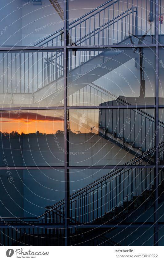 Treppenhaus Fassade Fenster Fensterfront Glasfassade Treppenabsatz Abstieg aufsteigen Geländer Treppengeländer Menschenleer Textfreiraum aufwärts abwärts Abend