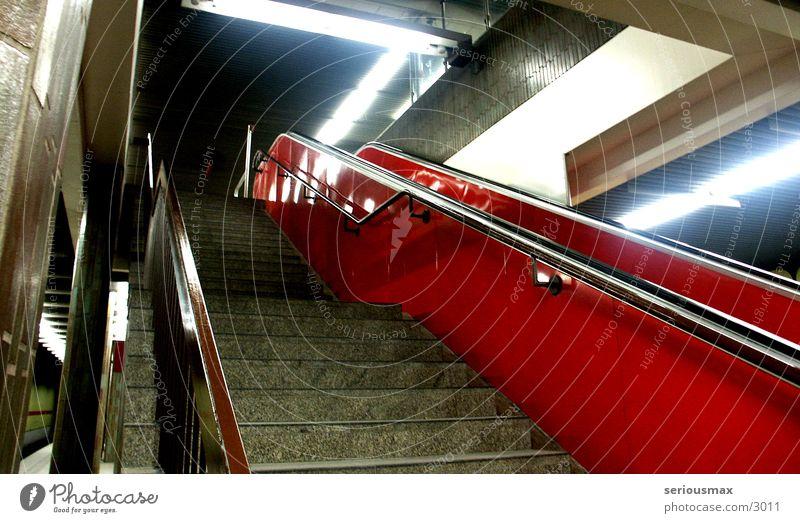 escalator Rolltreppe U-Bahn Untergrund Nacht rot Architektur Treppe