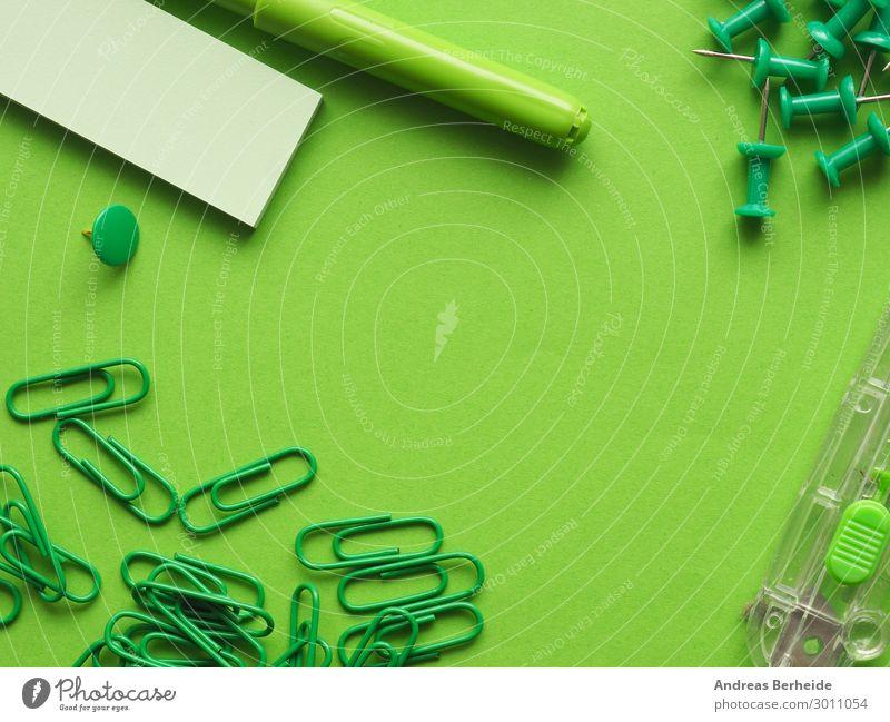 Büro Utensilien in grün Hintergrundbild Business Ordnung Arbeitsplatz Zettel Büroarbeit Reißzwecken Stecknadel Büroklammern Filzstift Teppichmesser