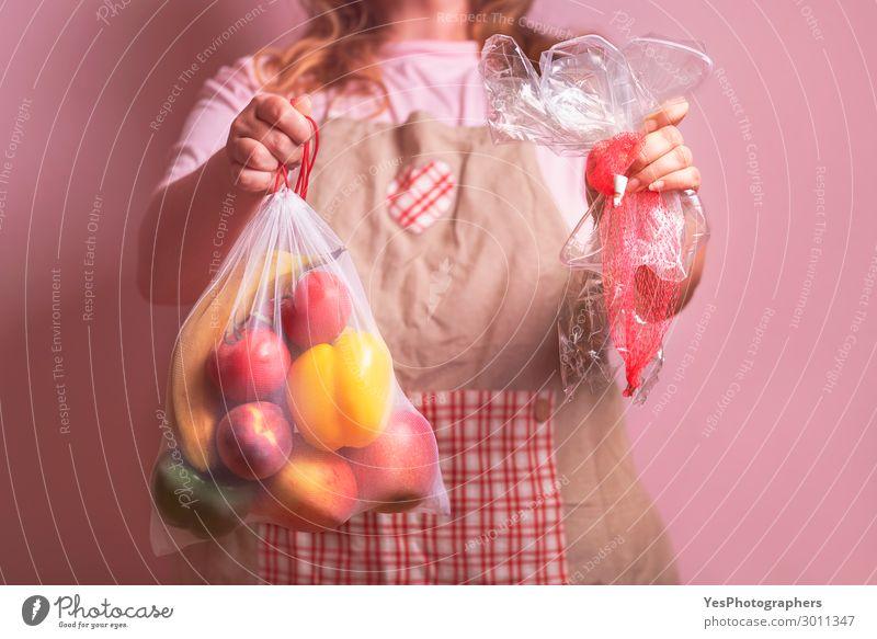 Frau mit Öko-Tasche mit Lebensmitteln und Plastikverpackungen Lifestyle kaufen Gesunde Ernährung Erwachsene Körper 1 Mensch 30-45 Jahre Umwelt