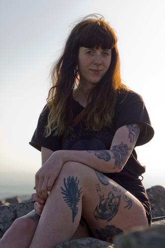 Carina - Junge tätöwierte Frau sitzt auf einem Berg tätowiert Tattoo Sommer T-Shirt Berge u. Gebirge oben Mensch Außenaufnahme Junge Frau Natur Abendlicht