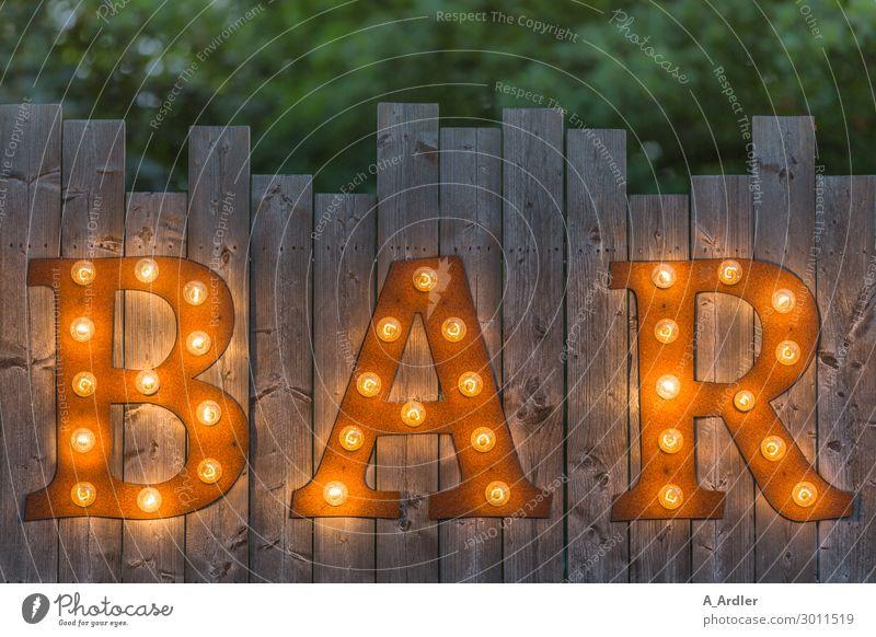Buchstaben BAR auf Holzzaun beleuchtet Dekoration & Verzierung Lampe Kunst Ausstellung Veranstaltung Mauer Wand Fassade Garten Zaun Zeichen Schriftzeichen