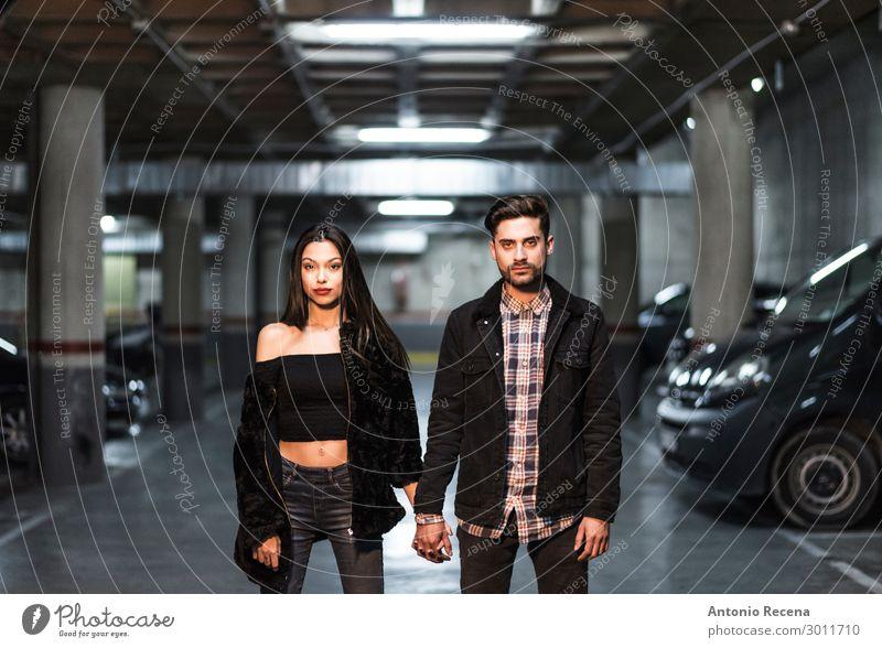 Paar beim Parken ernsthafte Haltehand haltend Lifestyle Valentinstag Mensch Frau Erwachsene Mann Mode Liebe Erotik Zusammensein Partnerschaft Liebespaar parken
