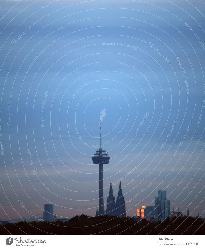 überragend Stadt Bauwerk Sehenswürdigkeit Wahrzeichen Colonius - Fernsehturm Kölner Dom hoch Westen Hochhaus Himmel Wetter Skyline Stadtzentrum Aussicht