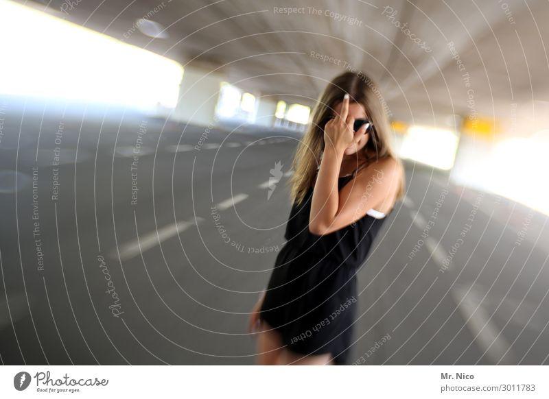DramaQueen Mensch Jugendliche Junge Frau Straße Lifestyle feminin Mode Kommunizieren Kraft Brücke Symbole & Metaphern Kleid Wut Konflikt & Streit selbstbewußt