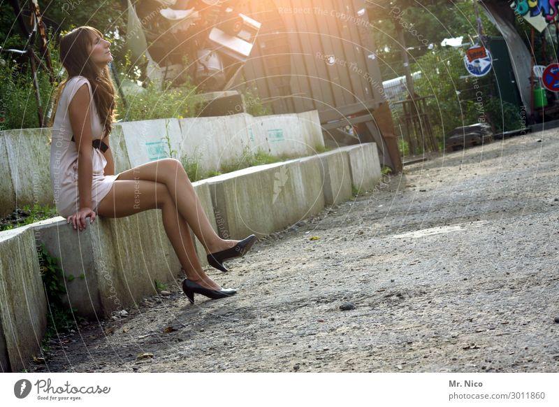 beyond the scene feminin Frau Erwachsene 1 Mensch Kleid Damenschuhe brünett langhaarig sitzen Sommer Beine Stimmung Gelassenheit ruhig Zufriedenheit