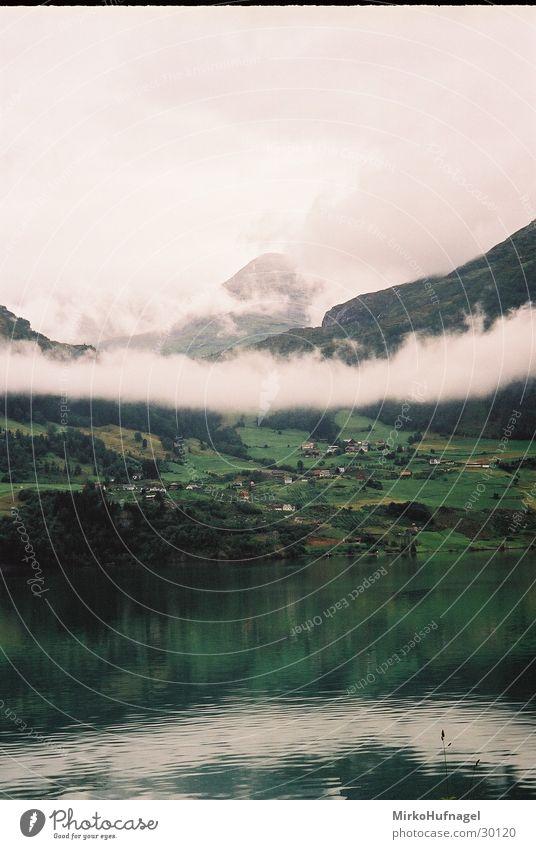 Norwegen - Wolkenband Reflexion & Spiegelung Skandinavien Wasser Berge u. Gebirge