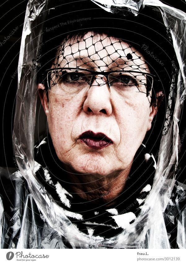 Blasiert Frau Mensch alt weiß rot schwarz Senior feminin außergewöhnlich Kopf 60 und älter verrückt einzigartig Brille Weiblicher Senior Hut