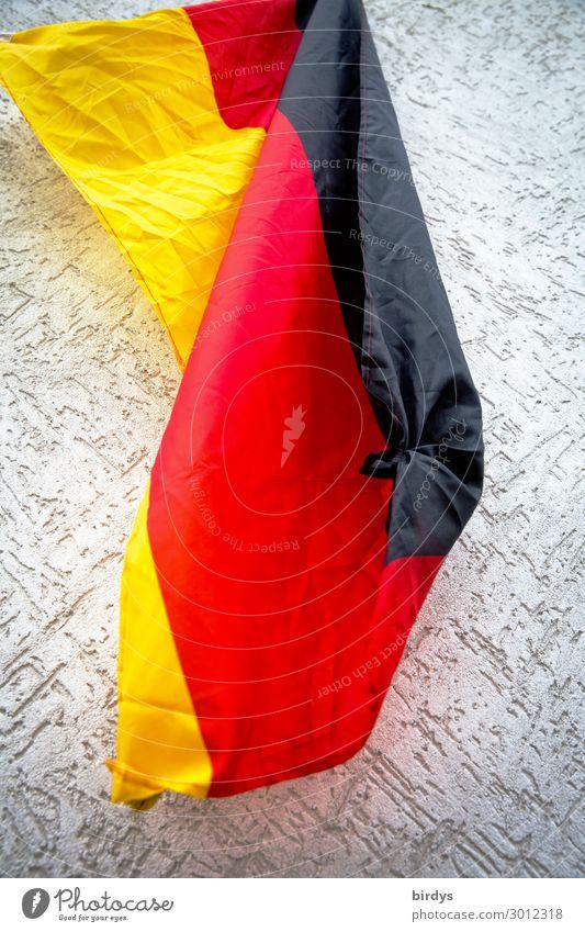 Krumpelflagge Deutsche Flagge Mauer Wand Fahne authentisch gelb gold grau rot schwarz Gelassenheit Zukunftsangst Verzweiflung Endzeitstimmung Frustration